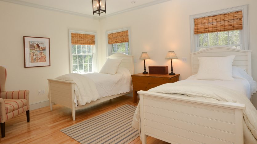 2nd floor bedroom with twin beds
