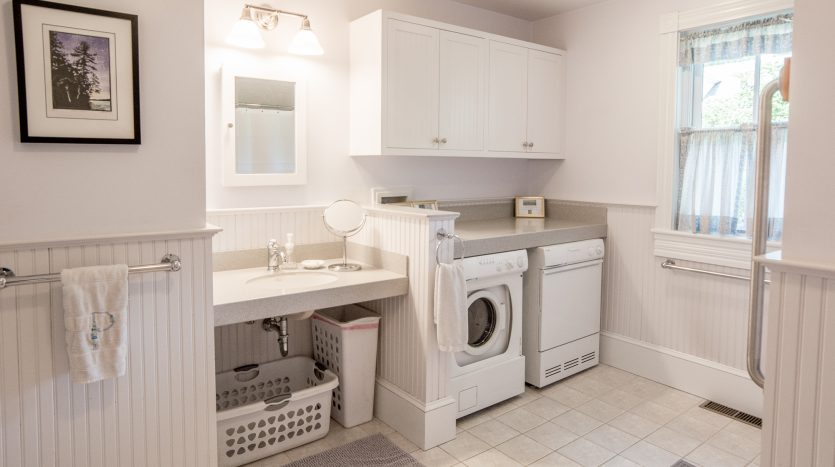 Large bathroom with laundry